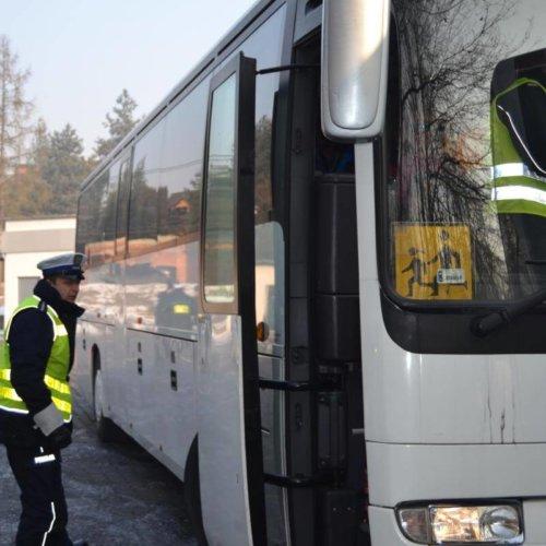 Policjanci sprawdzają kierowców narkotesterami